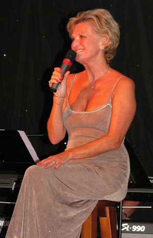 Lyn Paul at Le Cabaret (photo used with kind permission of Eric Taylor).