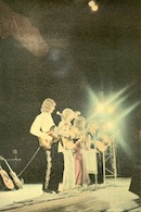 The New Seekers pictured in concert on the back of the album sleeve of  'The Best Of The New Seekers' (Philips FD-93)